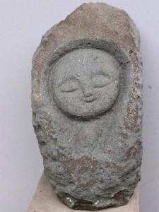 半端な石片でお顔だけの童像を彫ってみました。